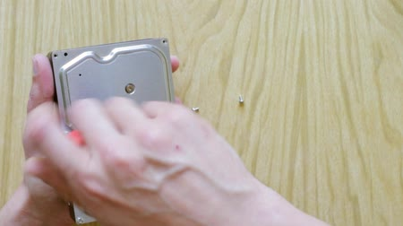 harde schijf : Time lapse male hands screwing up hard disc drive