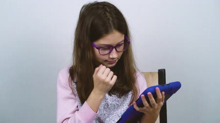 yatak kıyafeti : Cute girl in pajamas using tablet at home