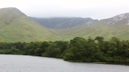 İrlanda : Beautiful lake near the Kylemore Abbey. National park Connemara in Ireland. Stok Video
