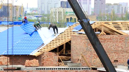 çatı : Laying metal on the roof. Construction of a brick house. Time Lapse Stok Video