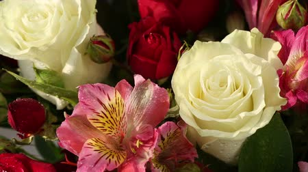 cor de malva : Beautiful bouquet roses, iris and alstroemeria rotates.