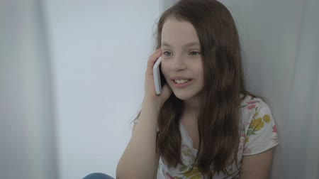 telefon : Beautiful happy little girl emotional talking on smartphone