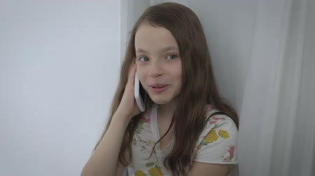 telefon : Beautiful little girl emotional talking on smartphone and laughing