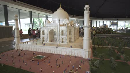 wachtrij : Dubai, Verenigde Arabische Emiraten - 1 april 2018: Tentoonstelling van mock-ups Taj Mahal gemaakt van Lego stukken in Miniland Legoland bij Dubai Parks and Resorts stock footage video