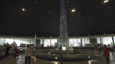 giocattoli : Dubai, Emirati Arabi Uniti - 1 aprile 2018: Esibizione della fontana di mock-up vicino Burj Khalifa fatta di pezzi Lego in Miniland Legoland a Dubai Parchi e Resorts video di repertorio video