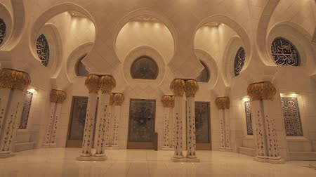árabe : Abu Dhabi, UAE - April 04, 2018: Sheikh Zayed Grand Mosque is one of the six largest mosques in the world stock footage video