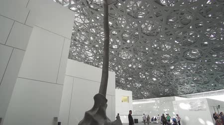 galerie : Abu Dhabi, Verenigde Arabische Emiraten - 4 april 2018: interieur van het nieuwe Louvremuseum in Abu Dhabi met weerspiegelingen van de regen van licht koepel stock footage video Stockvideo