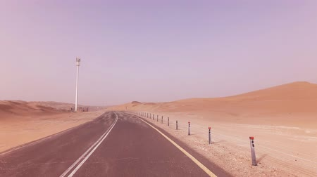 neúrodný : New road from Oasis Liwa to the Moreeb Dune in Rub al Khali desert stock footage video
