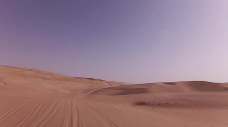 área de deserto : Car trip on the beautiful sand dunes in the Rub al Khali desert stock footage video Vídeos