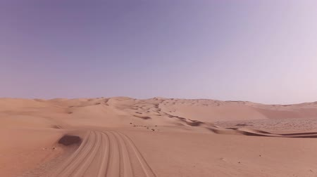 одинокий : Car trip on the beautiful sand dunes in the Rub al Khali desert stock footage video Стоковые видеозаписи