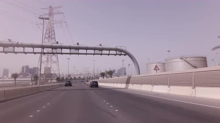 sendero : Abu Dhabi, Emiratos Árabes Unidos - 03 de abril de 2018: video de la carretera de las islas artificiales a Abu Dhabi Archivo de Video