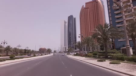 Abu Dhabi, Verenigde Arabische Emiraten - 04 april 2018: Autoreis in de buurt van het hotel Emirates Palace in Abu Dhabi stock footage video