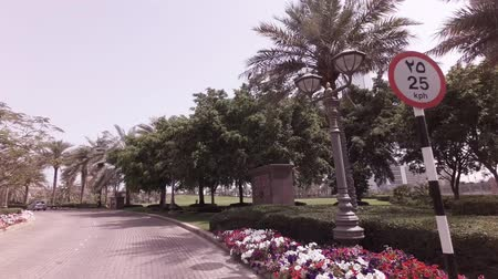 Abu Dhabi, Verenigde Arabische Emiraten - 04 april 2018: Autoreis rond het hotel Emirates Palace in Abu Dhabi stock footage video