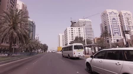 Abu Dhabi, Verenigde Arabische Emiraten - 04 april 2018: Autoreis in de buurt van de wolkenkrabbers in Abu Dhabi stock footage video