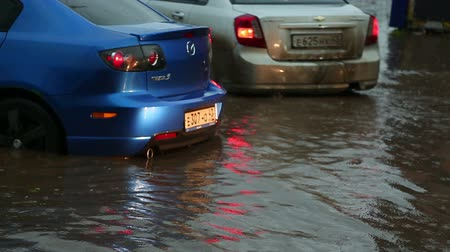 rozsdásodás : people and cars on the flooded streets after a heavy rain Stock mozgókép