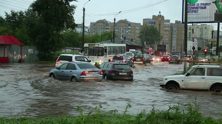 korozyon : people and cars on the flooded streets after a heavy rain Stok Video