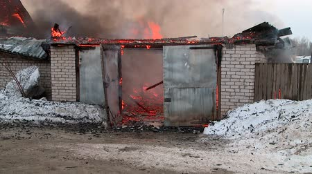 костра : rescuers extinguish a fire in the village Стоковые видеозаписи