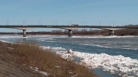 ijsschots : ice floes float on the river in the spring during the ice drift Stockvideo