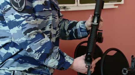 jachtgeweer : military instructor shows weapons and explosives