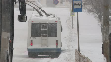 samochód : Snowfall in the city Wideo