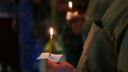 batismo : candles in the hands of believers in the Russian Orthodox Church Vídeos