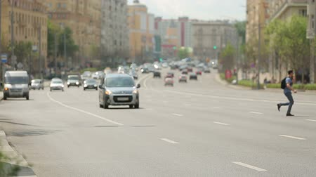 populatie : Moscow pedestrians on a Sunny summer timelapse Stockvideo