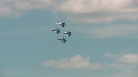 suéter : Russian air force aerobatic team Russian Knights SU-27 Stock Footage