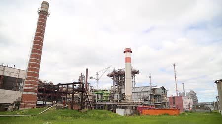 petroleum refinery : chemical plant