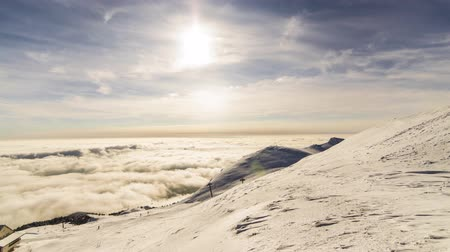 nimet : peaks of mountains above the clouds Stok Video