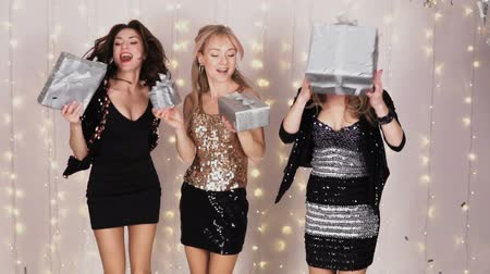 bengálsko : 3 beautiful girls at a party dancing with gift boxes - slow motion Dostupné videozáznamy
