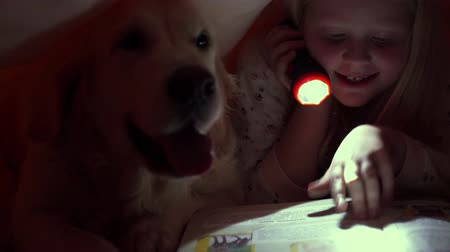 zseblámpa : happy life with pets - little children at night reading a book under the covers with their big dog