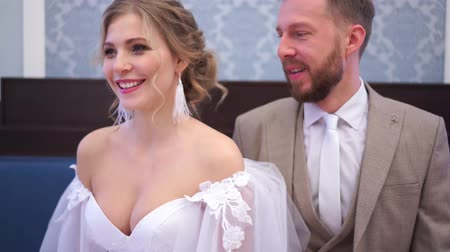 trouwen : funny video - the bride and groom are fooling around, make faces at the camera