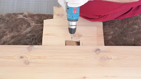 bricoleur : woodworking in the house - a young professional male mounts a pine wood floor Vidéos Libres De Droits
