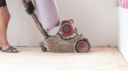 паркет : sanding a wooden floor with a grinder