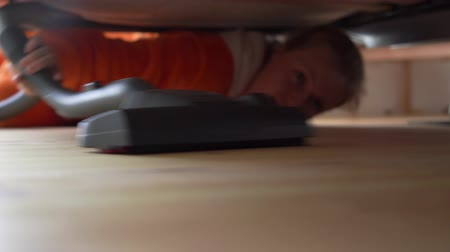 vácuo : woman vacuuming the floor under the bed in the bedroom Vídeos