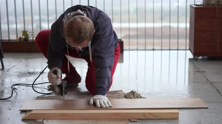 porselen : repair and decoration. a man cuts ceramic tiles with a grinder. Stok Video