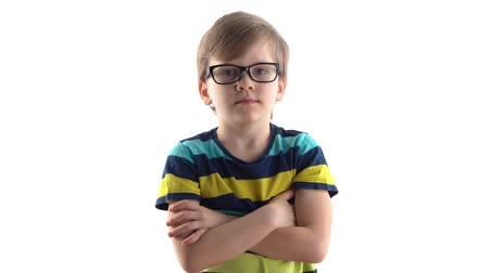 pensamento : studio portrait of a serious boy on a white background. first grader with glasses
