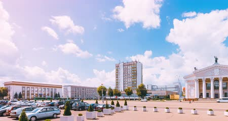 nublado : Lenin Square in Gomel with the Dramatic Theater. Bright sunny day in the city with car traffic on the street