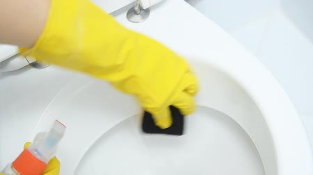 mínimo : Woman hand cleaning a toilet. Stock Footage