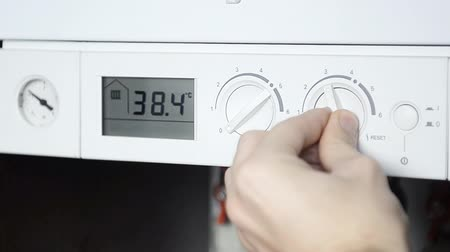 устанавливать : Closeup view of the water heater thermostat.