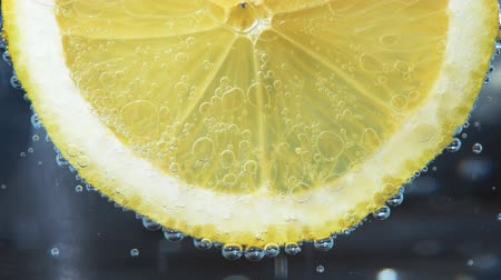 cytryna : Fresh lemon in soda water covered with bubbles Wideo