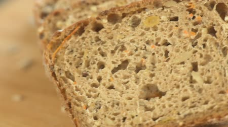sağlıklı gıda : Wholegrain rye bread with seeds on a wooden board