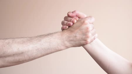 кулак : Woman and man shaking hands and fist bump