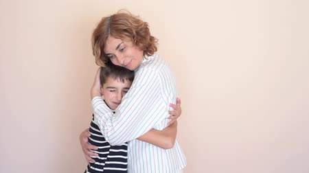 мама : Happy mother hugging her loving son Стоковые видеозаписи