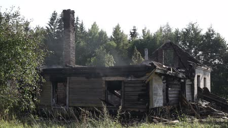 сожгли : The smoke over a burned house in the village