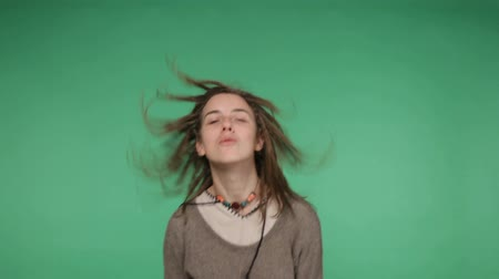 головной убор : Young girl shaking dreadlocks, dancing and jumping, chroma key green screen background
