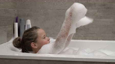 пузыри : Little girl taking a bath with foam Стоковые видеозаписи