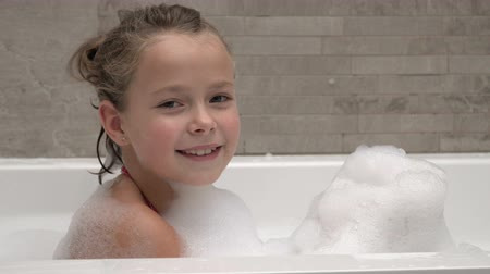 travessura : Little girl playing in the bathroom, blowing on the foam Vídeos