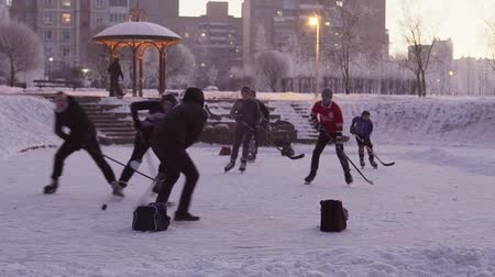 хоккей : MINSK, BELARUS - JAN 23, 2018: Street team is playing ice hockey on a frozen pond in a city park