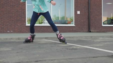 łyżwy : Young girl whirl around on roller skates on city street